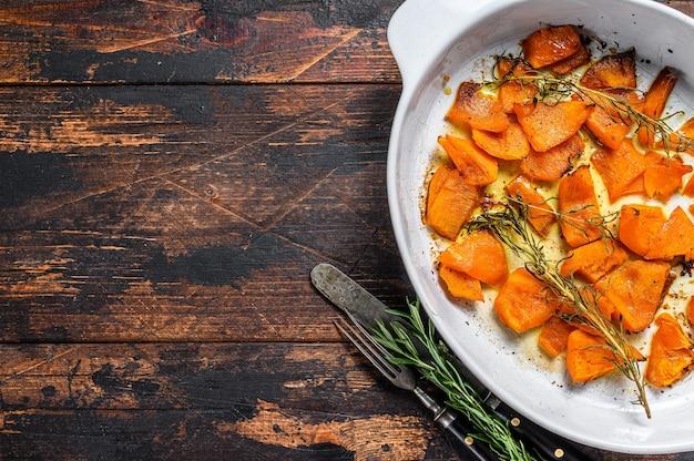 Tranches de citrouille orange cuite au four avec du miel et de la cannelle