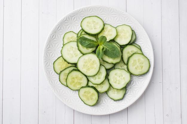 Tranches de concombre à la menthe sur une assiette.