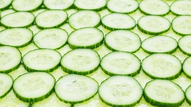 Tranches de concombre vert frais comme arrière-plan