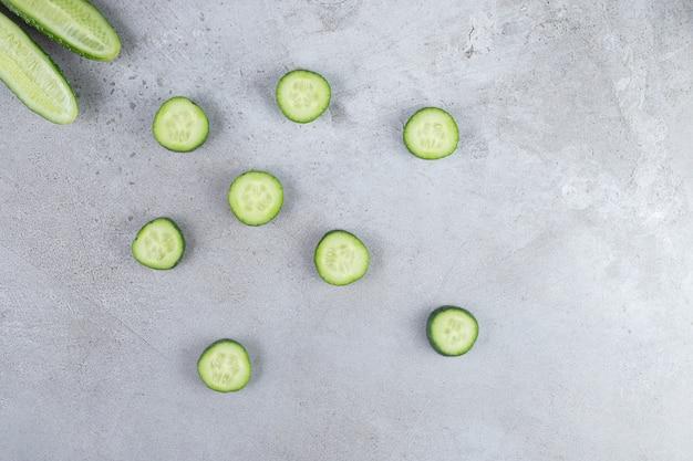 Tranches de concombres frais sur fond gris. photo de haute qualité