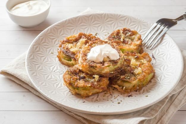 Tranches de courgettes frites dans une pâte à l'œuf et à l'ail