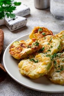 Tranches de courgettes frites avec du persil