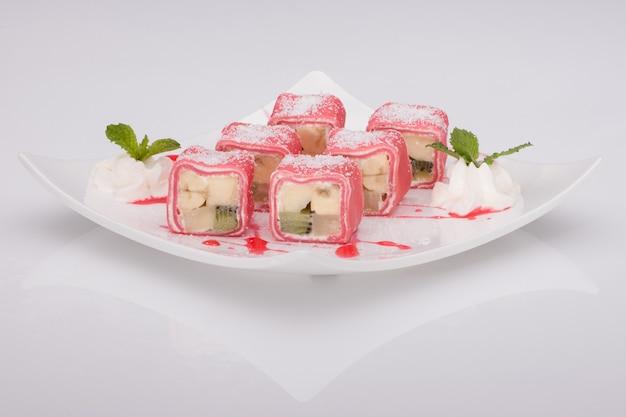 Tranches de crème glacée dans un plat sur fond blanc