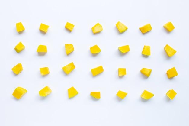 Tranches de cube de légumes citrouille vert isolés sur blanc