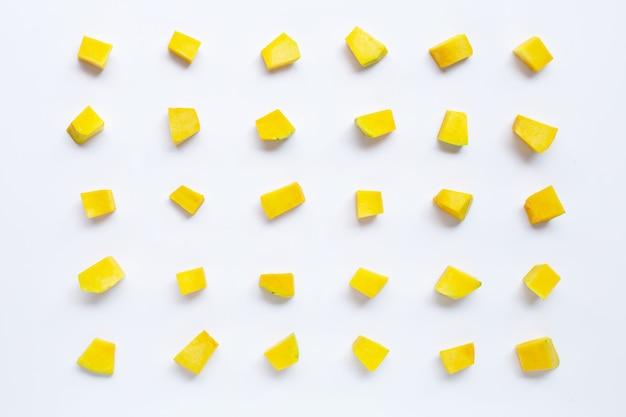 Tranches de cube de légumes citrouille vert isolés.