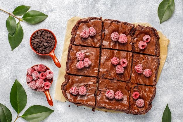 Tranches de dessert au gâteau brownie au chocolat avec framboises et épices, vue de dessus