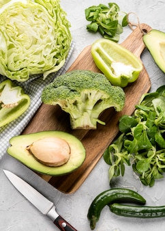 Tranches de divers légumes verts à l'avocat
