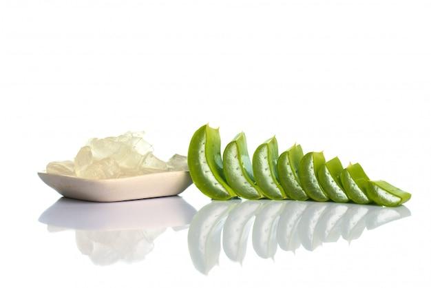 Tranches de feuilles d'aloe vera et gel d'aloe vera. l'aloe vera est une phytothérapie très utile pour les soins de la peau et des cheveux.