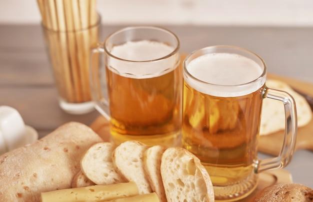 Tranches de fromage avec de la bière légère et du pain ciabatta pour la fête de la bière