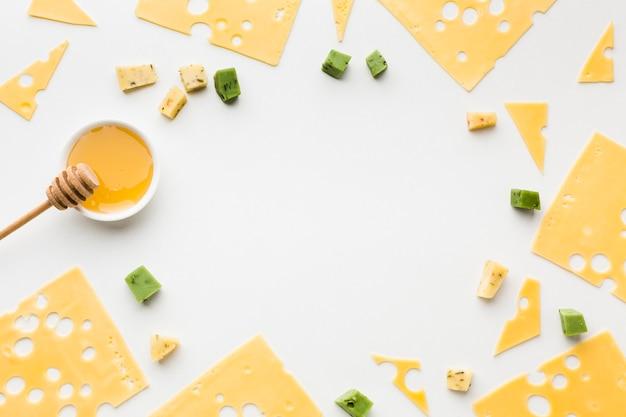 Tranches de fromage emmental avec cadre au miel, vue de dessus