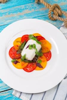 Tranches de fromage et tomates colorées
