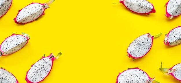 Tranches de fruit du dragon mûr ou de pitahaya sur fond jaune. vue de dessus