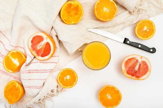 Tranches de fruits exotiques et couteau