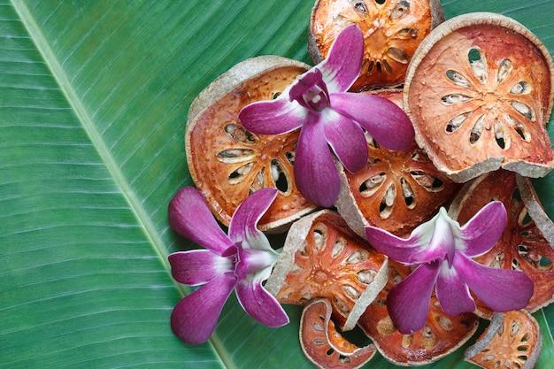 Tranches de fruits secs bael sur une feuille de bananier
