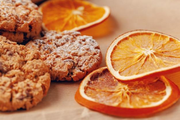 Tranches de fruits secs avec des cookies close up sur table de cuisine