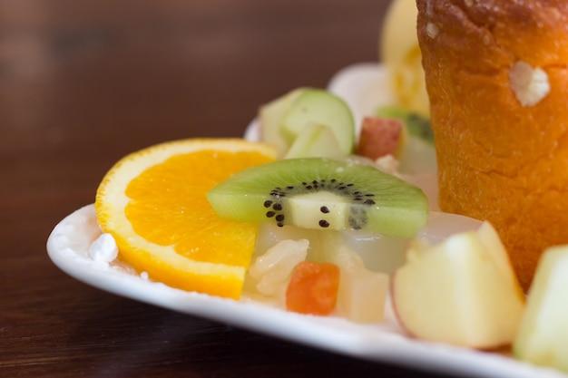 Tranches de fruits sur une table en bois, fruits closeup mix