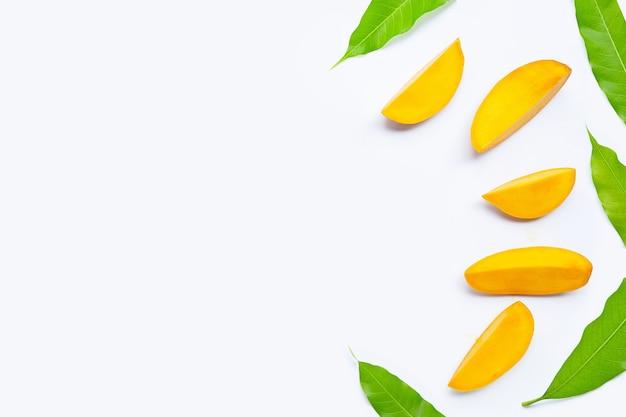 Tranches de fruits tropicaux de tranches de mangue avec des feuilles isolées