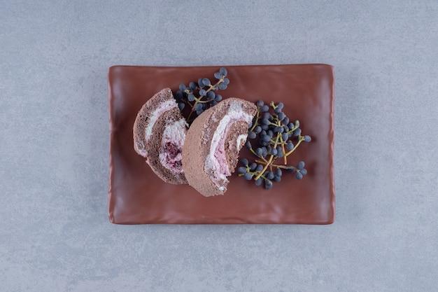 Tranches de gâteau au chocolat frais sur plaque brune