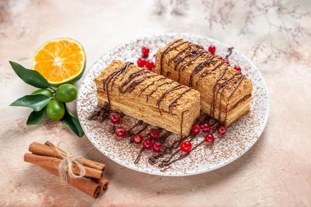 Tranches de gâteau aux fruits rouges sur fond gris