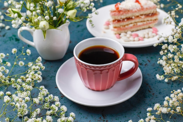 Tranches de gâteau éponge victoria avec une tasse de café à la lumière