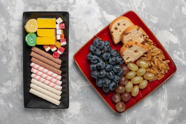 Tranches de gâteau vue de dessus avec des raisins et des biscuits sur la surface whtie
