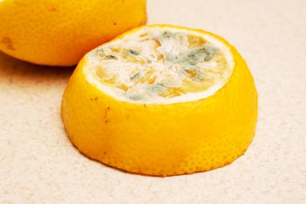 Tranches de gros plan de citron moisi