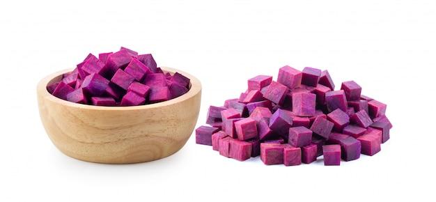 Tranches d'ignames violettes avec bol en bois
