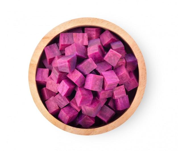 Tranches d'ignames violettes dans un bol en bois