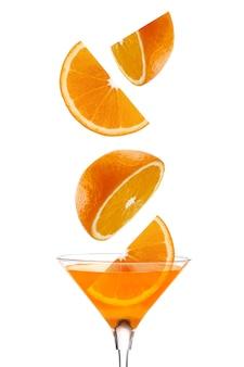 Tranches juteuses d'oranges fraîches et un soupçon de jus de fruits