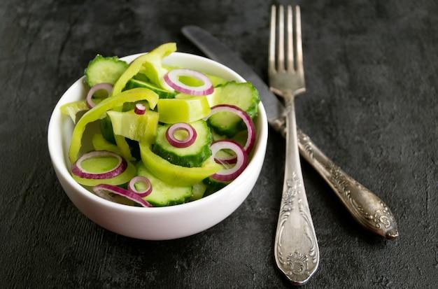 Tranches de légumes dans une assiette blanche.