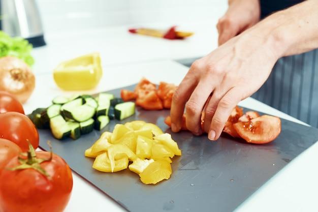 Tranches de légumes sur le plateau de la cuisine