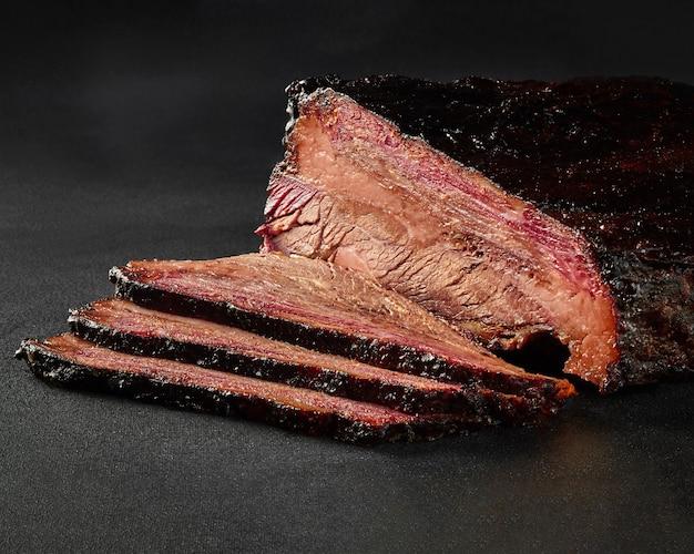 Tranches de longe de veau grillées en sauce barbecue sur fond gris