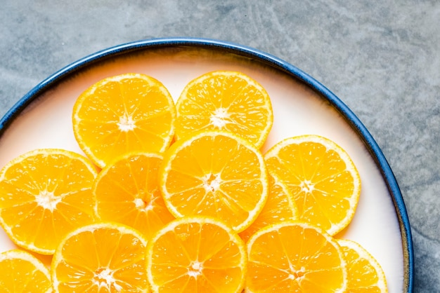 Tranches de mandarine sur un bol