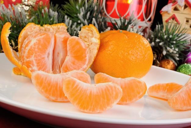 Tranches de mandarine épluchée sur la table de noël