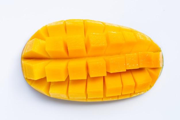 Tranches de mangue isolés sur une surface blanche