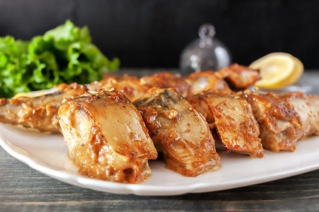 Tranches de maquereau à la sauce soja-moutarde cuites sur le grill