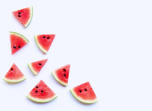 Tranches de melon d'eau fraîche sur blanc.