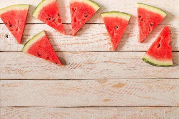 Tranches de melon d'eau sur une table en bois