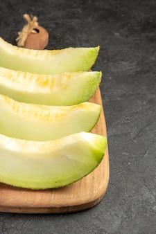 Tranches de melon frais délicieux fruits moelleux sur fond noir