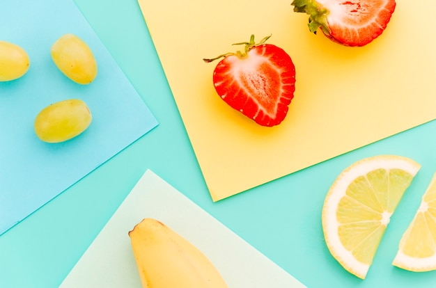 Tranches mûres de lime, banane, fraise, banane et raisins