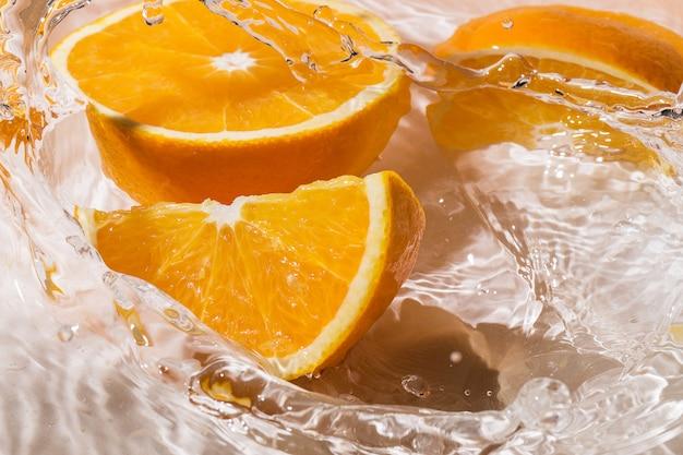 Tranches d'orange dans l'eau