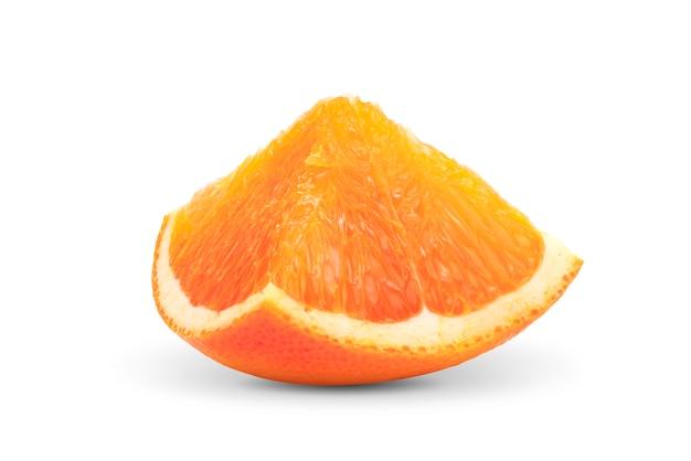 Tranches d'orange sur le mur blanc