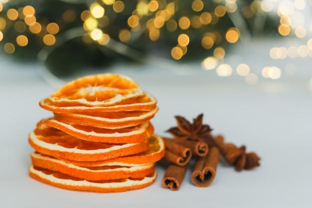 Tranches d'orange séchée avec des bâtons de cannelle et une étoile d'anis