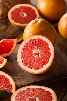 Tranches d'orange sur table en bois
