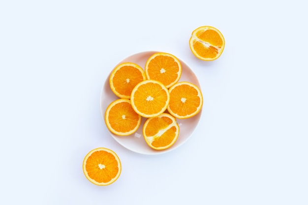 Tranches d'oranges sur blanc. riche en vitamine c, juteuse et sucrée.