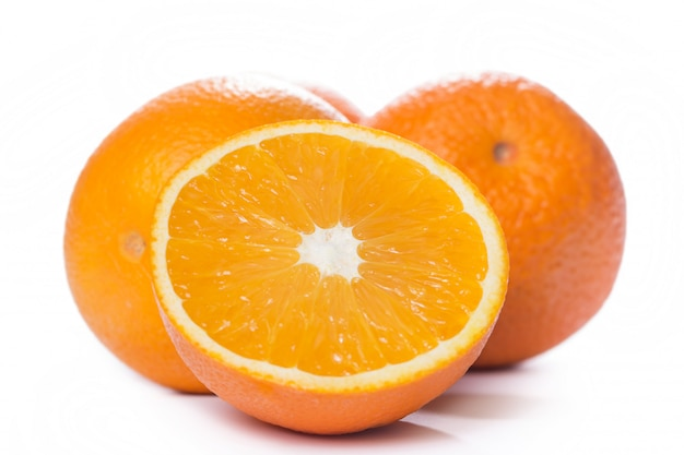 Tranches et oranges entières