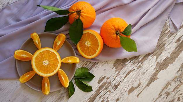 Tranches d'oranges juteuses sur la table de cuisine