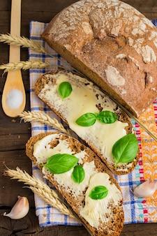 Tranches de pain au beurre et aux herbes