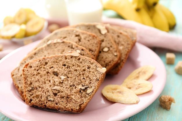 Tranches de pain aux bananes avec des noix sur la plaque