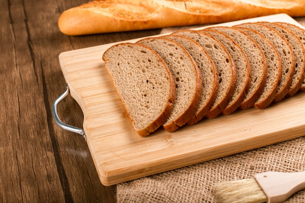 Tranches de pain et baguette française